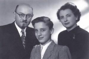 הרב פנחס יוסף תאומים, אשתו שרה ובנו אלפרד בישראל